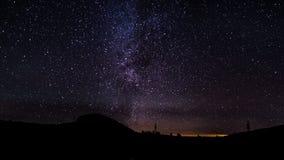 El movimiento de las estrellas en el cielo nocturno almacen de video