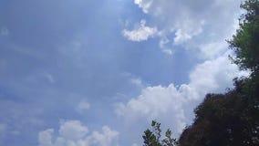El movimiento de las nubes blancas en el cielo azul con la velocidad de la edición video almacen de metraje de vídeo