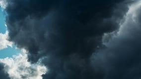 El movimiento de las nubes de lluvia oscuras