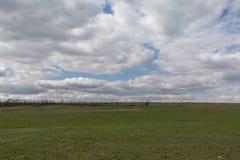 El movimiento de las nubes tormentosas sobre los campos del whea del invierno Imagen de archivo