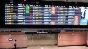 El movimiento de los horario de vuelo sube y puerta terminal dentro del aeropuerto internacional de Taoyuan
