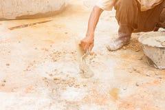 El movimiento de los trabajadores de construcción enyesaba el piso de la reparación en estructura del lugar de trabajo una casa fotografía de archivo