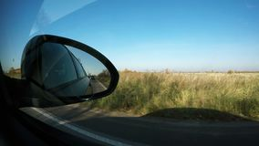 El movimiento de los vehículos detrás se muestra en el espejo del lado derecho del coche metrajes