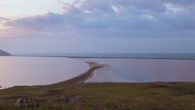 El movimiento de nubes en la primavera en la pieza de la estepa de la península de Crimea en el cabo Opuk almacen de metraje de vídeo