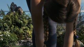 El movimiento de pies desnudos a la cabeza a lo largo de la muchacha dobló el cuerpo