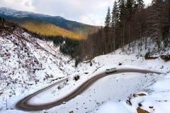 El movimiento del coche en un camino de la montaña Imagen de archivo libre de regalías