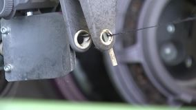 El movimiento del hilo, el telar automatizado, fabricación del estambre, paño mecánico de la fabricación almacen de metraje de vídeo