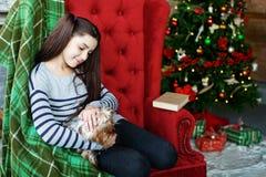 El movimiento del niño su perro Colegiala El concepto de la Navidad y Imagen de archivo