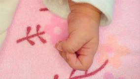 El movimiento del nuevo padre celebra su mano del ` s del bebé del niño recién nacido por primera vez Padre que lleva a cabo la m metrajes