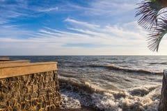El movimiento del océano agita como tempestuoso con el cielo de las nubes del azul | fondo al aire libre natural Imagen de archivo libre de regalías