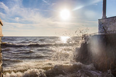 El movimiento del océano agita como tempestuoso con el cielo de las nubes del azul | fondo al aire libre natural Imágenes de archivo libres de regalías