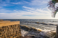 El movimiento del océano agita como tempestuoso con el cielo de las nubes del azul | fondo al aire libre natural Imagen de archivo