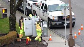 El movimiento del trabajador hidráulico que repara electricidad publica en una calle almacen de metraje de vídeo
