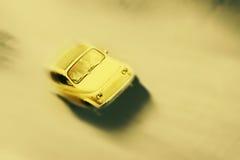 El movimiento empañó poco coche retro viejo en estilo del vintage fotos de archivo libres de regalías