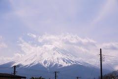 El mt Fuji en un día nublado de la pieza con el flor o Sakura alegre El paisaje es también tomó con otras la señal japonesa Imagen de archivo libre de regalías