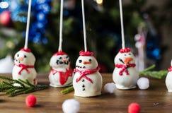 El muñeco de nieve adornó los dulces en la tabla de madera Fotografía de archivo libre de regalías