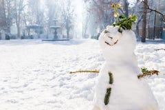 El muñeco de nieve con las paradas de la fuente y del advenimiento de Zrinjevac parquea en Zagreb en invierno con la nieve y la s Imagenes de archivo