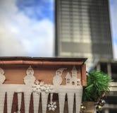 el muñeco de nieve en la ciudad Imagen de archivo libre de regalías