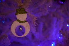 El muñeco de nieve en los árboles de navidad blancos se adorna con los objetos hermosos Fotos de archivo