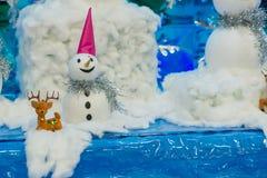 El muñeco de nieve juega a la familia Imagen de archivo libre de regalías