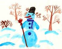 El muñeco de nieve se coloca entre árboles Foto de archivo libre de regalías