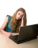 el Muchacha-adolescente se sienta en la computadora portátil Fotografía de archivo libre de regalías