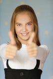 El muchacha-adolescente sonriente levantó el suyo Fotografía de archivo
