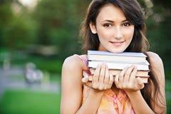 el Muchacha-estudiante sostiene los libros de textos Fotografía de archivo