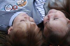 El muchacho abraza a la muchacha Foto de archivo libre de regalías