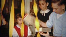 1954: El muchacho abre el regalo de la Navidad de los zapatos del mocasín NEWARK, NEW JERSEY almacen de metraje de vídeo