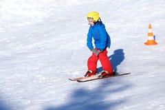 El muchacho activo disfruta de días de fiesta del esquí Imagen de archivo
