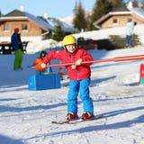 El muchacho activo disfruta de días de fiesta del esquí Fotografía de archivo