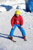 El muchacho activo disfruta de días de fiesta del esquí Imagenes de archivo
