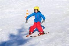 El muchacho activo disfruta de días de fiesta del esquí Foto de archivo libre de regalías
