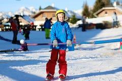 El muchacho activo disfruta de días de fiesta del esquí Fotografía de archivo libre de regalías
