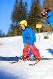 El muchacho activo disfruta de días de fiesta del esquí Imágenes de archivo libres de regalías