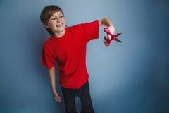 El muchacho, adolescente doce años en el rojo rojo de la camisa es Fotos de archivo