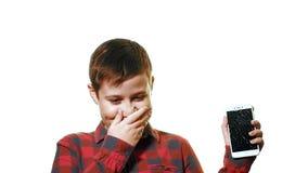 El muchacho adolescente es hilarante Primer en un fondo blanco almacen de metraje de vídeo