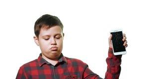 El muchacho adolescente está trastornado y triste Primer en un fondo blanco almacen de video