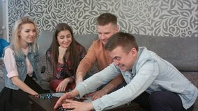 El muchacho adolescente gana el juego de tarjeta y toma todos los microprocesadores imagen de archivo