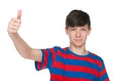 El muchacho adolescente muestra su pulgar para arriba Fotos de archivo libres de regalías