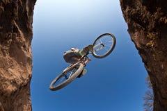 El muchacho adolescente salta con su bici de la suciedad Foto de archivo