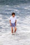 El muchacho adolescente se divierte en la playa Fotografía de archivo