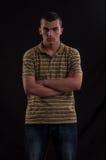 El muchacho adolescente serio y pensativo con las manos cruza Imagenes de archivo
