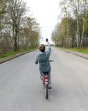 El muchacho adolescente toma un selfie mientras que completa un ciclo en el camino Imágenes de archivo libres de regalías
