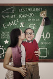 El muchacho alegre gana beso del trofeo de la matemáticas de la madre imagen de archivo libre de regalías