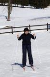 El muchacho aprende esquiar a campo través en invierno Fotos de archivo