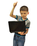 El muchacho aprueba el ordenador portátil Foto de archivo