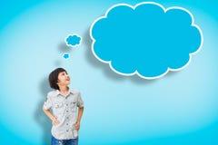 El muchacho asiático de la sonrisa con vacío piensa la burbuja Imagen de archivo