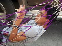 El muchacho asiático joven lindo juega el teléfono elegante Imagen de archivo